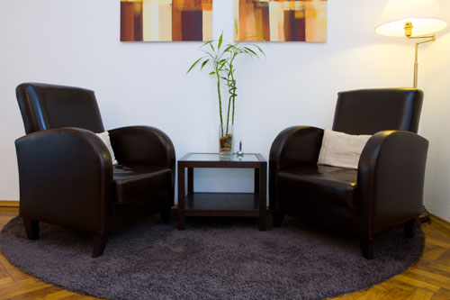 zwei schwarze Ledersessel in der Psychotherapiepraxis von Jutta Felgel-Farnholz in München